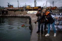 Los familiares de las víctimas del naufragio del buque pesquero Repunte marcharon por el Puerto de la ciudad de Mar del Plata al cumplirse cuatro años del hundimiento.