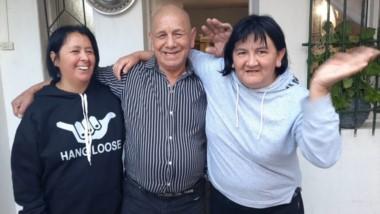 """Arturo Quinchen posa junto a sus hijas. """"Estoy siempre activo y ayudándolas a ellas"""", dijo con orgullo."""