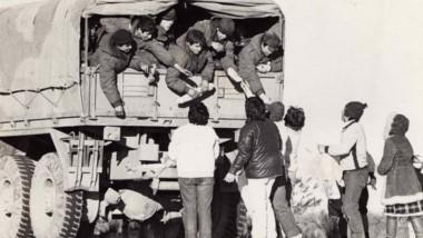 La comunidad salió a la calle para brindar su afecto a los muchachos que retornaban de las Islas Malvinas. (Foto: Mabel Outeda)
