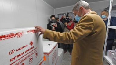 Arcioni junto al ministro de Salud Puratich recibió un nuevo lote con las vacunas de AstraZeneca.