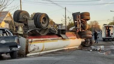 El camión cisterna yace volcado en la esquina de Castelli y Vacchina.