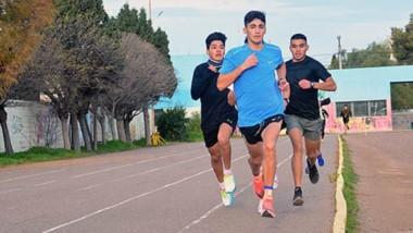 """""""Coco"""" Muñoz, adelante, en el entrenamiento que realizó ayer en la pista municipal de atletismo de Trelew."""