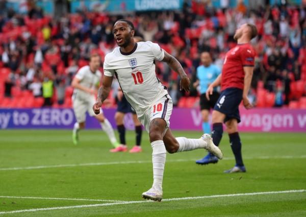 Sterling anotó el único gol en el triunfo de Inglaterra.