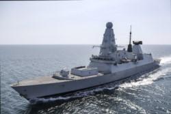 El destructor inglés 'HMS Defender' en aguas del Mar Negro.