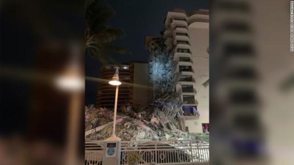 Dramático derrumbe parcial de un edificio en Surfside, cerca de Miami: los bomberos buscan sobrevivientes.