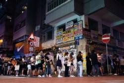 Los habitantes de Hong Kong hicieron fila hoy para comprar -y agotar en pocas horas- la edición de este jueves del último diario prodemocracia que quedaba en el territorio, el Apple Daily.
