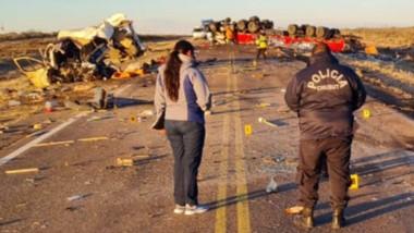El impacto fue frontal y el camión arrastró por varios metros a la camioneta, que terminó destrozada. (Foto: Jorge Horacio Arias)