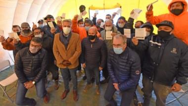 Las autoridades junto a los trabajadores de los barcos pesqueros que ya recibieron su dosis de la vacuna.