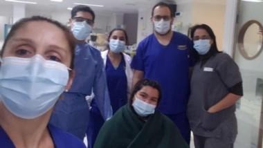 El equipo del Hospital Zonal de Trelew junto a la paciente que fue retirada de Terapia Intensiva tras casi dos semanas y tras estar con respirador.