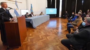 El gobernador Mariano Arcioni encabezó en Casa de Gobierno la firma del contrato para la obra en Rawson.