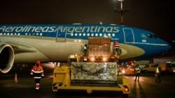 Este jueves por la noche aterrizó en Ezeiza un nuevo operativo de Aerolíneas Argentinas, con más vacunas para continuar luchando contra la pandemia.