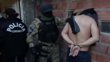 En el lugar redujeron a los moradores y secuestraron los proyectiles además de los elementos robados.