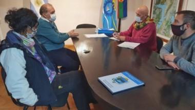 el vice intendente, Alejandro Marqués, se reunió ayer con el director  del hospital local, Tristán García.