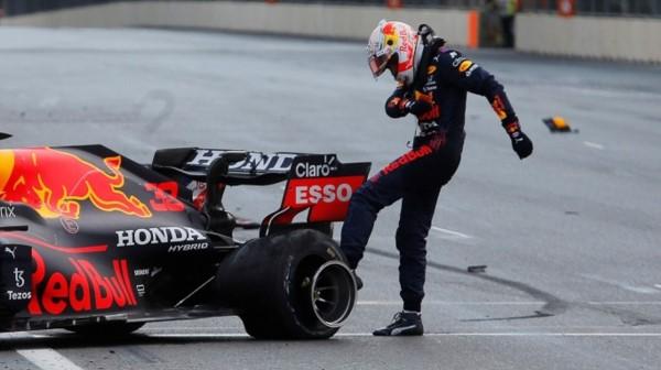 Max Verstappen abandonó a cinco vueltas del final y Checo Pérez se quedó con la victoria en Bakú.