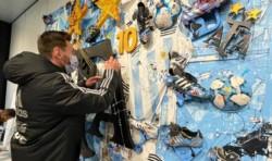 Los jugadores intervinieron algunas obras vinculadas al equipo albiceleste Bandera de Argentina que serán utilizadas para fines benéficos.