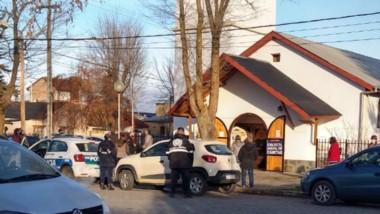 La Policia impidió el rito de una misa católica. Hubo rezos afuera.