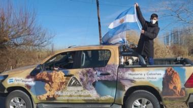 """En una camioneta, """"Coco"""" Muñoz se paseó por Gualjaina, antes de continuar con su preparación hacia Tokio."""