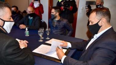 El intendente Adrián Maderna firmó los contratos de inicio de obra.