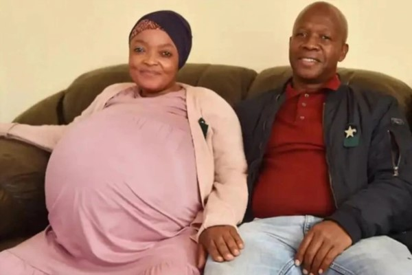 Gosiame Thamara Sithole junto a su esposo, Teboho Tsotetsi.
