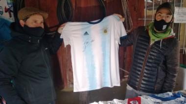 Original. Ya se puede ofrecer por la casaca firmada por el crack argentino Lionel Messi.