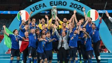 La selección Italiana consigue su segunda Euro (la primera en 1968).