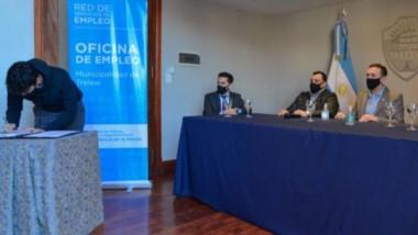 El intendente Adrián Maderna firmó nuevos acuerdos con comerciantes para proveer de trabajo a jóvenes.