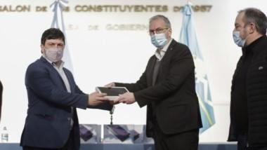Tecnología. El ministro Puratich recibe una de las tablets de manos de un referente de Salud de Nación.