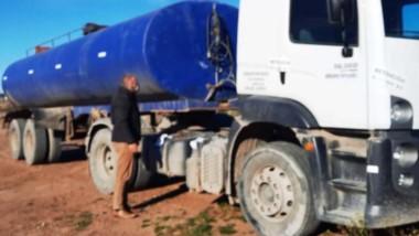 Atrapado. El camión cisterna que fue sorprendido tirando desechos de la pesca en las lagunas de Trelew.