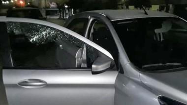 El vehículo, estacionado, fue dañado en uno de sus cristales.
