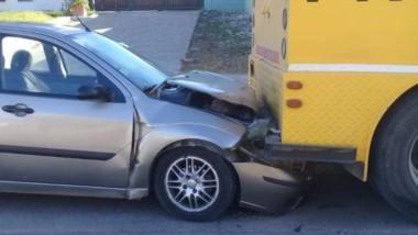 El siniestro sucedió en la calle Chile al 300 cuando el Ford Focus colisionó contra un camión de Prosegur.