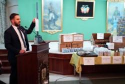 El embajador en La Paz Ariel Basteiro durante la exhibición del material implicado en el delito.