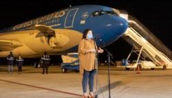 Vizotti recibió el vuelo de Aerolíneas con las dosis de Sinopharm y aseguró que