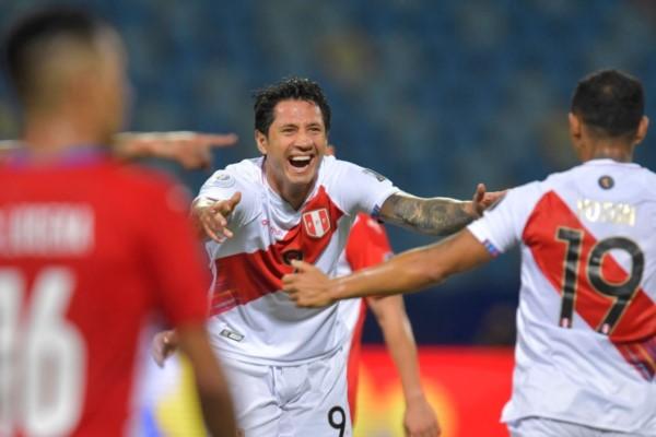 Lapadula convirtió un doblete para Perú.