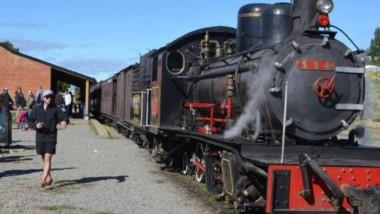 Los operarios ferroviarios trabajan a todo vapor antes del primer viaje de La Trochita en pandemia.
