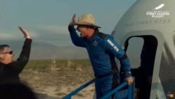 Totalmente eufórico, Bezos desciende de la cápsula poco después del exitoso aterrizaje.