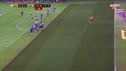 Los jugadores de Boca fueron a increpar al árbitro Esteban Ostojich, se metió la policía y volaron gases, vallas, piñas. Tremendo.