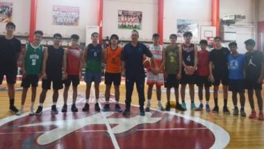 """El equipo de básquet masculino, dirigido por """"Tati"""" Del Sol, entrenará en el Club San Martín de Esquel."""