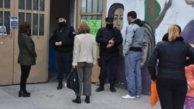 Con Policía en la puerta se llevó a cabo el plan de vacunación contra el Covid-19 en el Gimnasio Nº1.