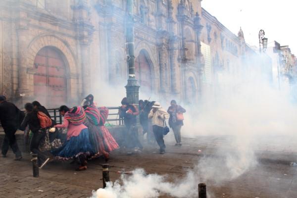 Represión a los manifestantes que protestaban contra el gobierno de la presidenta Jeanine Añez en las calles de La Paz, Bolivia. 2019.