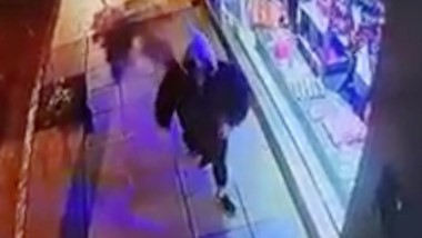 Una de las imágenes en el momento del robo al local comercial.