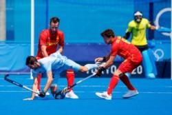 Argentina, campeón en Río 2016, debutó con un empate ante España en un duro partido.