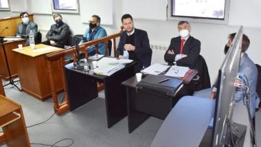 Defensas. Los acusados junto con sus abogados durante el inicio del juicio oral y público en Trelew.
