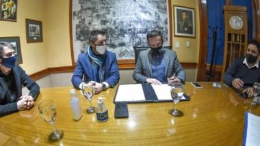 Maderna firmó el contrato de inicio de obras de conservación vial.