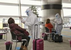 Hisopados y controles en el aeropuerto de Ezeiza, donde comienza el seguimiento.