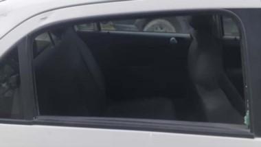 Uno de os vidrios del patrullero dañado por el iracundo individuo.