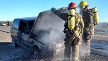 Un auto fue sofocado ante el incendio iniciado en la parte del motor. El conductor no resultó herido.