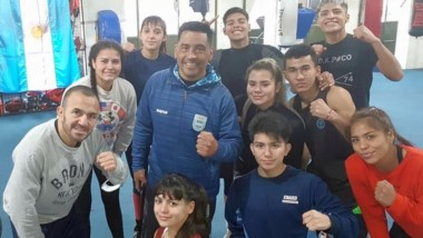Omar acompaña a su hijo y demás boxeadores en el campus en el CENARD.