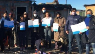 Las familias que recibieron el Certificado de Vivienda familiar en el barrio Chacra 8.