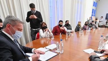 Arcioni pone la firma ante la atenta mirada de los jefes comunales.