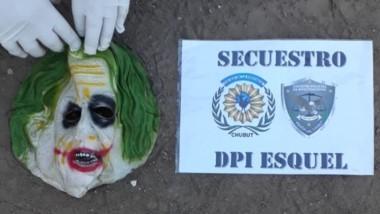 La máscara de cotillón que uno de los ladrones usó fue encontrada.